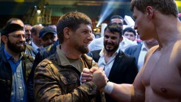 Głowa Republiki Czeczeńskiej Ramzan Kadyrow na ringu z bokserem Aleksandrem Powietkinem - Sputnik Polska