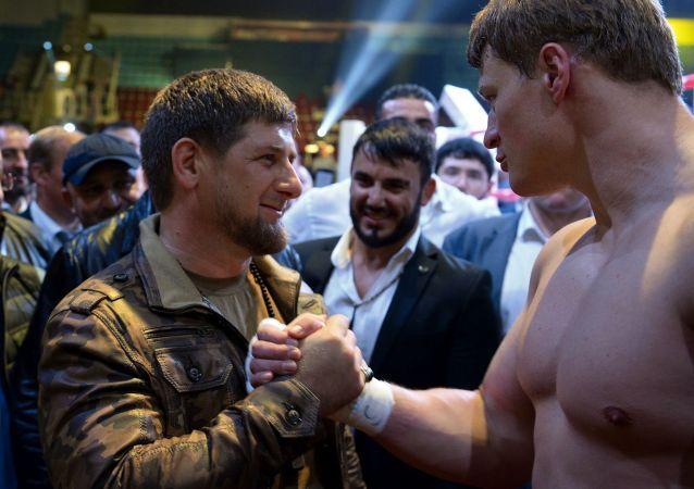 Głowa Republiki Czeczeńskiej Ramzan Kadyrow na ringu z bokserem Aleksandrem Powietkinem