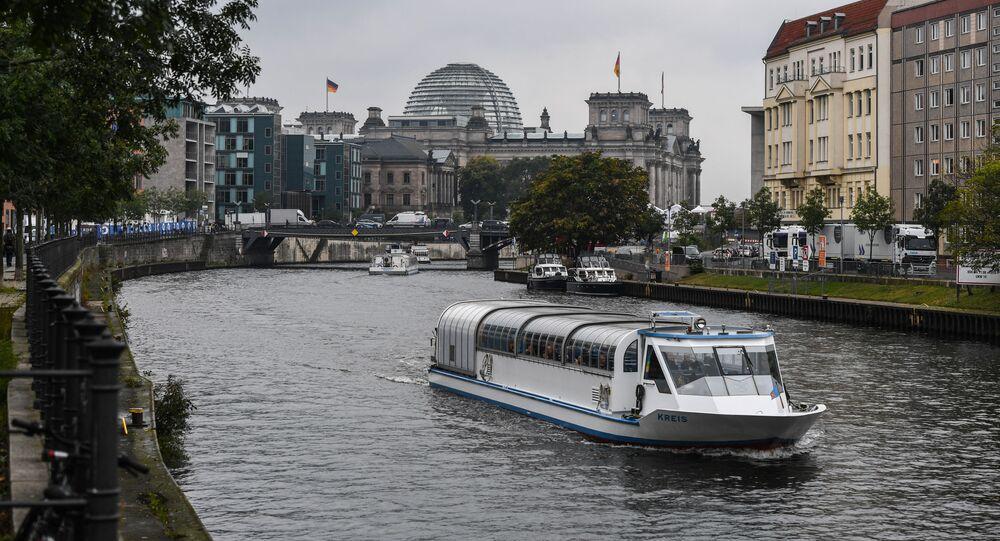 Rzeka Sprewa i budynek Reichstagu w Berlinie