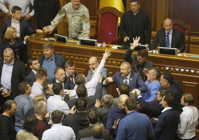 Deputowany opozycyjnej frakcji Samopomoc Semen Semenczenko rzucił granat dymny do sali obrad ukraińskiego parlamentu