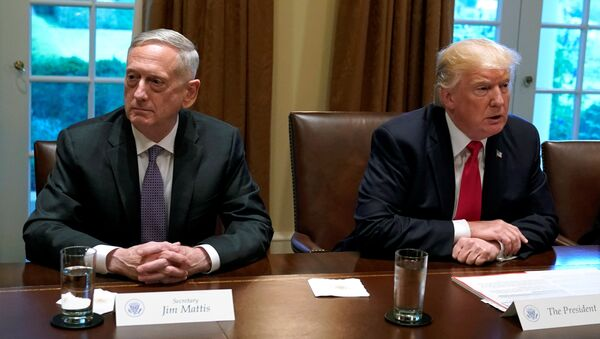 Prezydent USA Donald Trump i sekretarz obrony James Mattis - Sputnik Polska