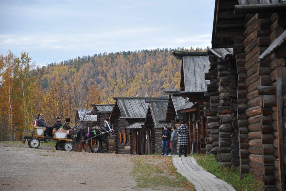 Kompleks muzealny pod gołym niebem zaznajamia zwiedzających z kulturą narodów z okolic Bajkału.