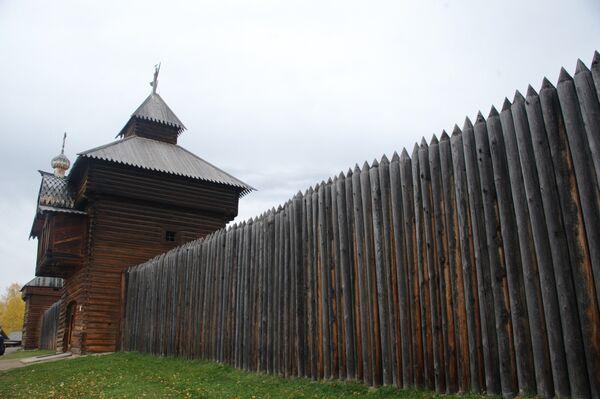 Rekonstrukcja południowego muru Ilimskiego Ostrogu na terytorium skansenu. - Sputnik Polska