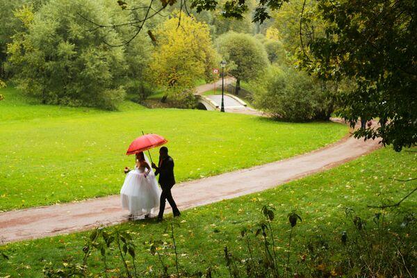 Młoda para w parku Carycyno w Moskwie - Sputnik Polska
