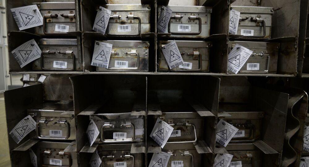 Opakowania ze sprasowanymi tabletkami tlenku uranu w zakładzie Nowosybirska Fabryka Koncentratów Chemicznych