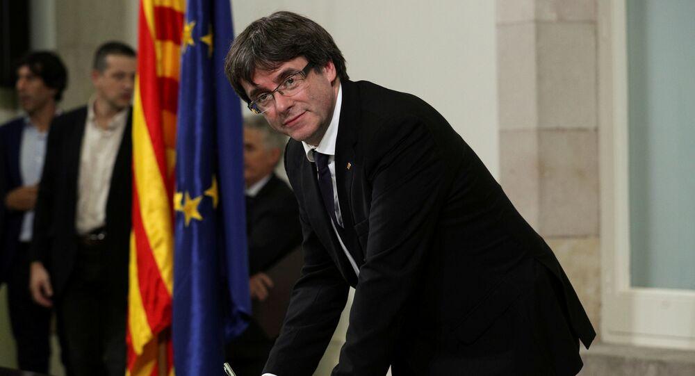 Szef katalońskiego rządu Carles Puigdemont składa podpis pod deklaracją niepodległości