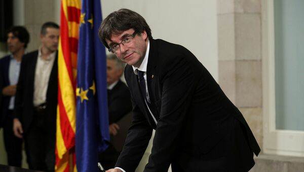 Szef katalońskiego rządu Carles Puigdemont składa podpis pod deklaracją niepodległości - Sputnik Polska