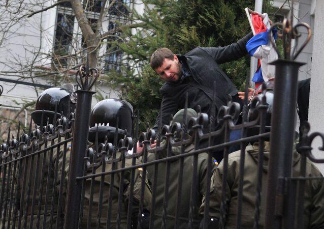 Niezależny deputowany Rady Najwyższej Ukrainy Wołodymyr Parasiuk zrywa rosyjską flagę z budynku Konsulatu Generalnego Rosji we Lwowie podczas manifestacji z żądaniem wyzwolenia Nadiji Sawczenko
