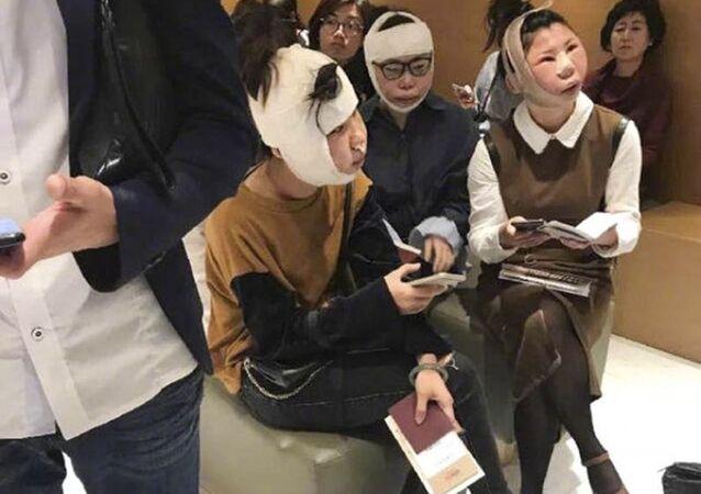 Trzy Chinki, które przeszły w Korei Południowej operacje plastyczne, utknęły na lotnisku