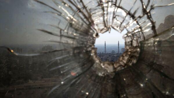 Dziura od kuli w oknie w punkcie obserwacyjnym i na pozycji ogniowej Syryjskiej Armii Arabskiej w Homs - Sputnik Polska