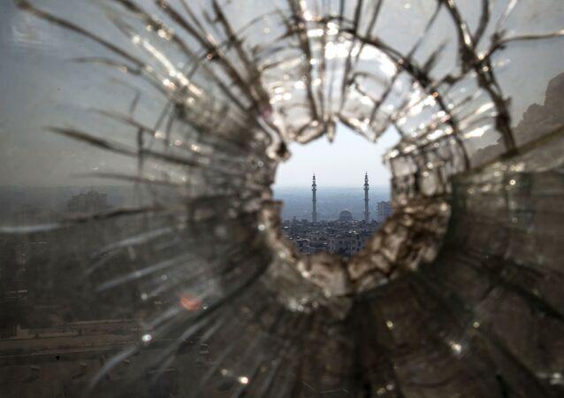 Dziura od kuli w oknie w punkcie obserwacyjnym i na pozycji ogniowej Syryjskiej Armii Arabskiej w Homs