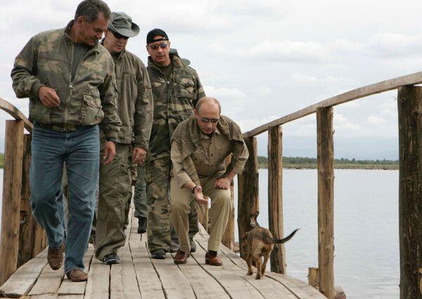 Siergiej Szojgu, książę Monako Albert II i prezydent Rosji Władimir Putin na wyspie, gdzie znajduje się twierdza Por-Bajin - Sputnik Polska