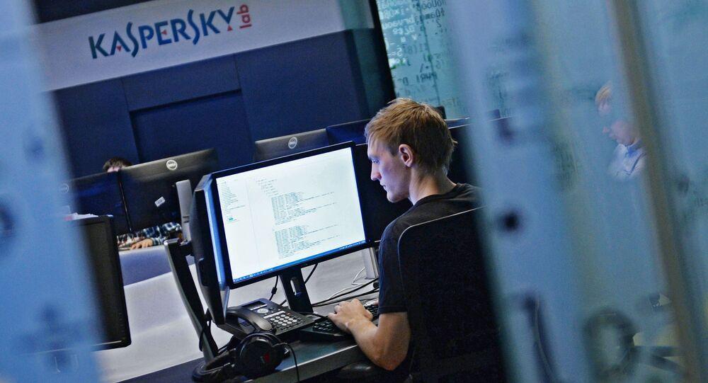 Pracownik w biurze Laboratorium Kaspersky'ego w Moskwie