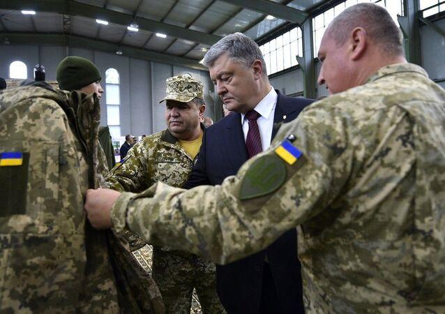 Prezydent Ukrainy Petro Poroszenko podczas przeglądu nowości w wyposażeniu ukraińskich sił zbrojnych