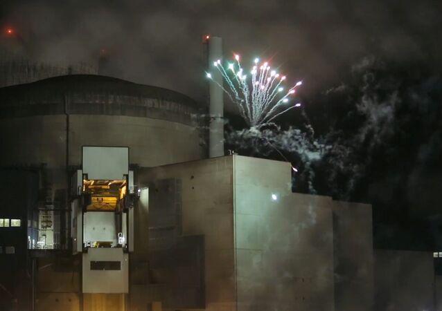 Grupa aktywistów Greenpeace odpaliła fajerwerki na terytorium działającej elektrowni atomowej Cattenom w północno-wschodniej Francji