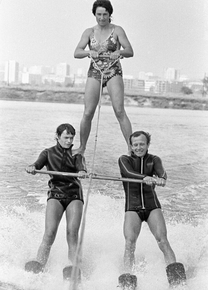 Sportowcy występują z pokazem na mistrzostwach ZSRR w jeżdzie na nartach wodnych, 1985 rok