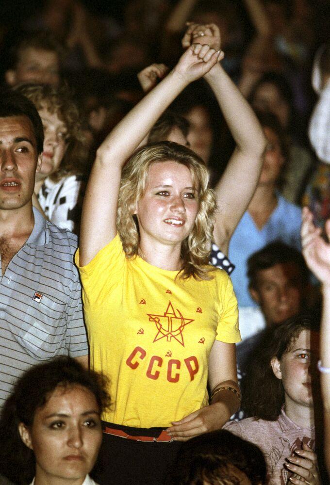 Widz podczas konkursu muzyki rockowej w Moskwie, 1988 rok