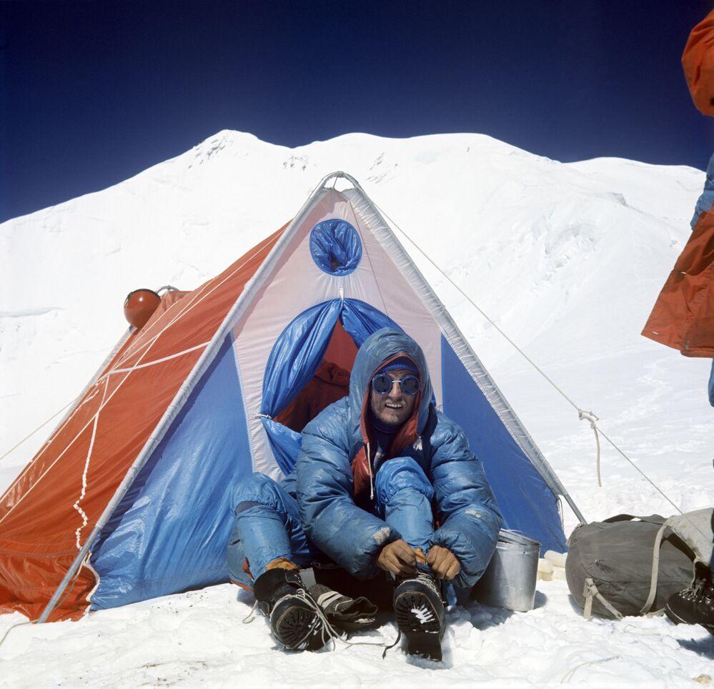 Alpinista Oleg Kosmaczew podczas wchodzenia na szczyt Komunizm (obecnie szczyt Ismaiła Samani) – najwyższy szczyt w ZSRR  (7495 metrów)