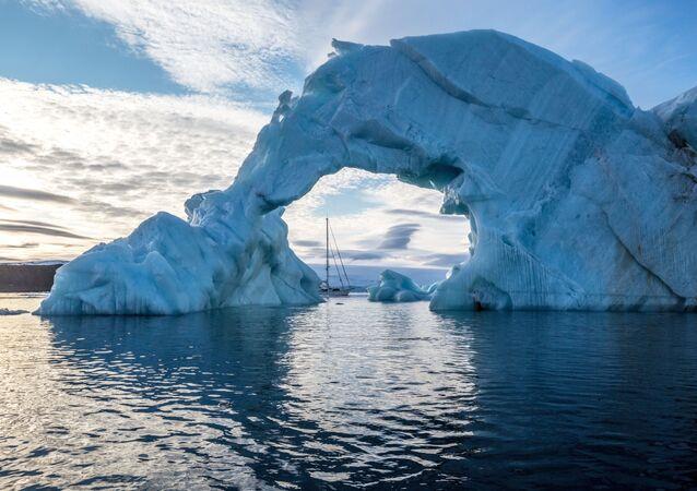 Góra lodowa i jacht Alter Ego przy brzegu jednej z wysp wchodzącej w skład archipelagu Ziemia Franciszka Józefa.