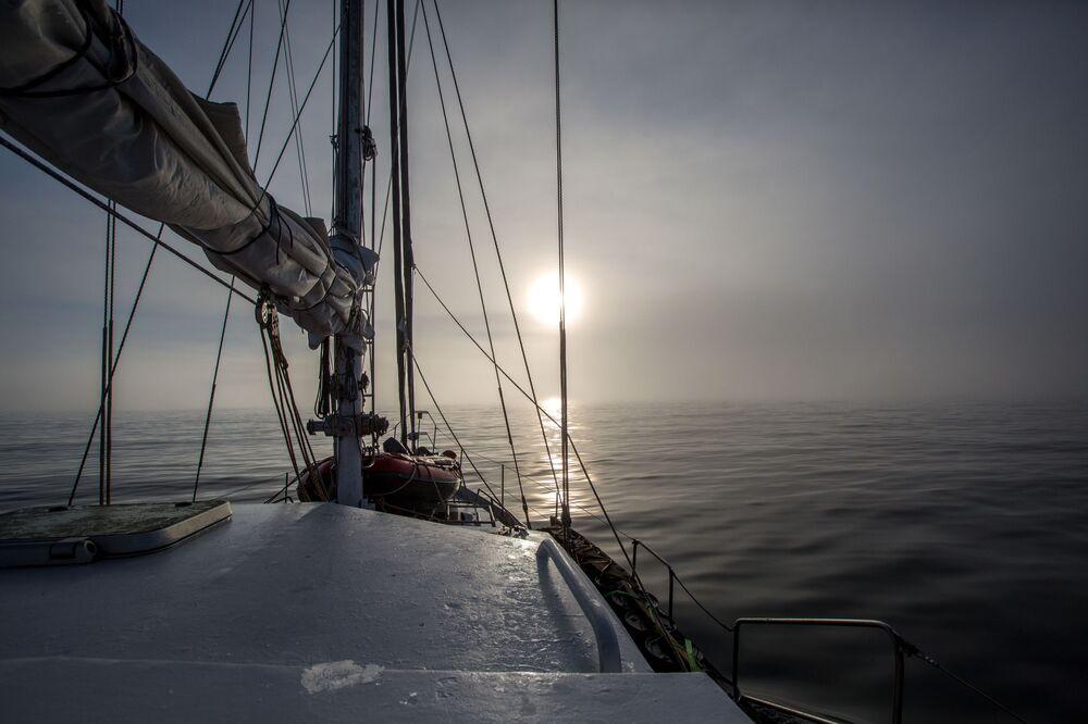 Polarny ekspedycyjny jacht Alter Ego we mgle między wyspami archipelagu Ziemia Franciszka Józefa.