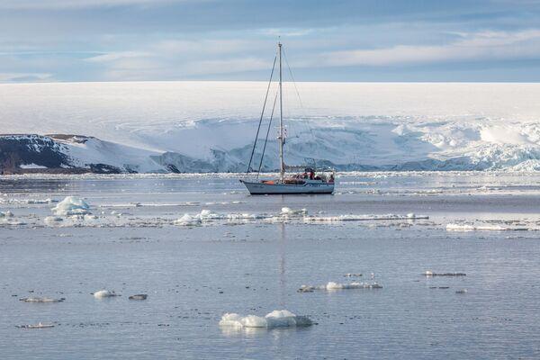 Ekspedycyjny jacht Alter Ego obok lodowców wyspy Bruce'a wchodzącej w skład archipelagu Ziemia Franciszka Józefa. - Sputnik Polska