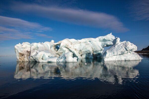 Góra lodowa przy brzegu jednej z wysp wchodzącej w skład archipelagu Ziemia Franciszka Józefa. - Sputnik Polska