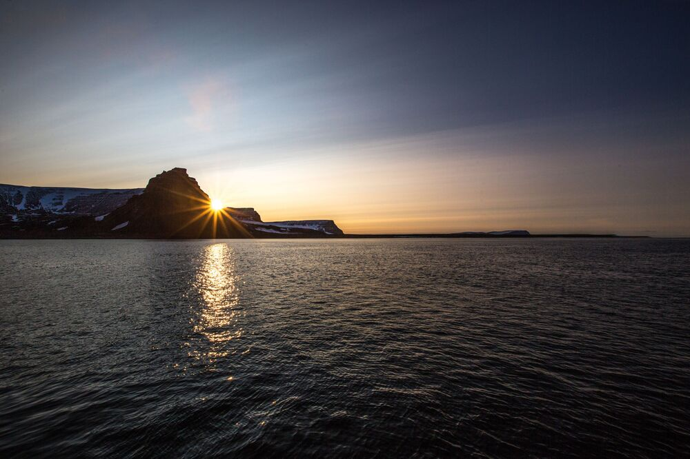 Świt nad wyspą Mabel archipelagu Ziemia Franciszka Józefa.