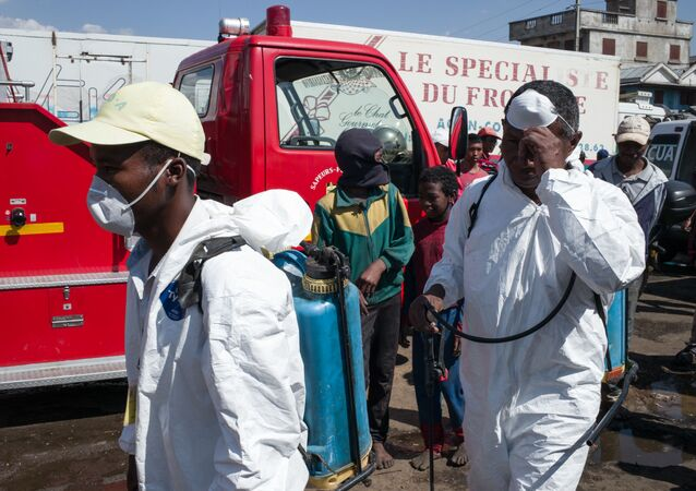 Dezynsekcja na targu w Antananarywie, stolicy Madagaskaru