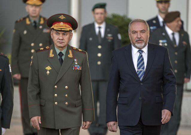 Minister obrony Rosji Siergiej Szojgu i minister obrony Izraela Avigdor Lieberman