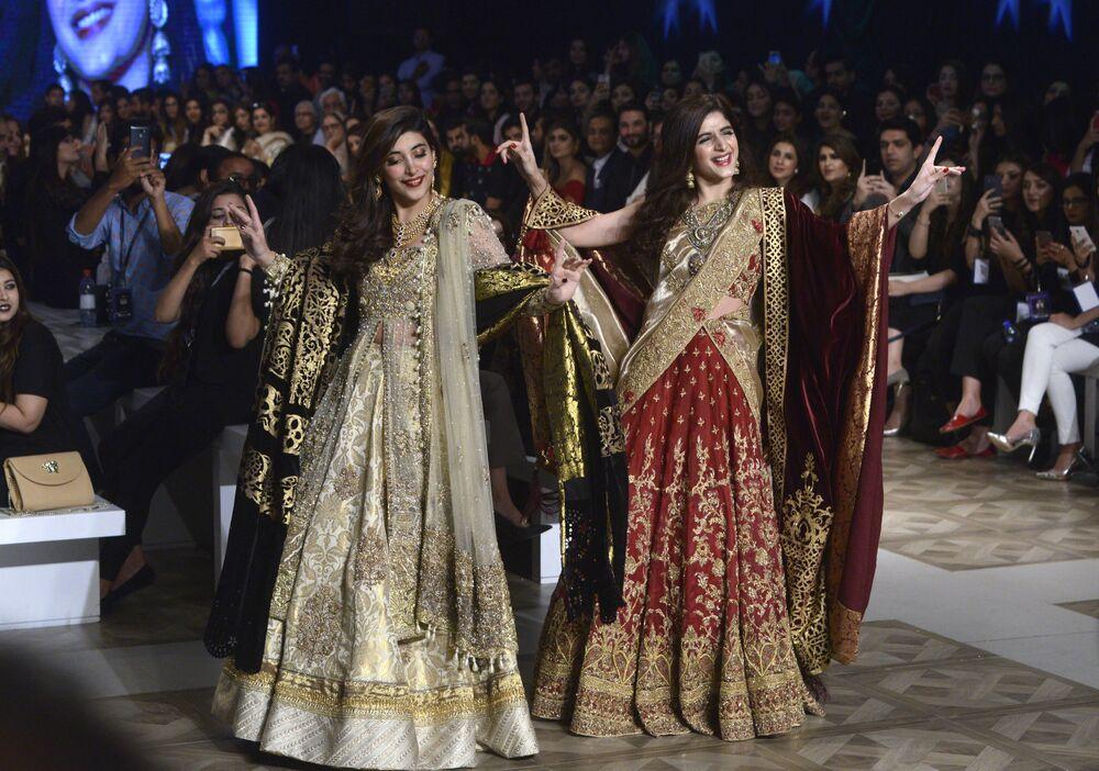 Modelki prezentują kolekcję projektantów Shazia and Sehr podczas Tygodnia mody ślubnej w Pakistanie