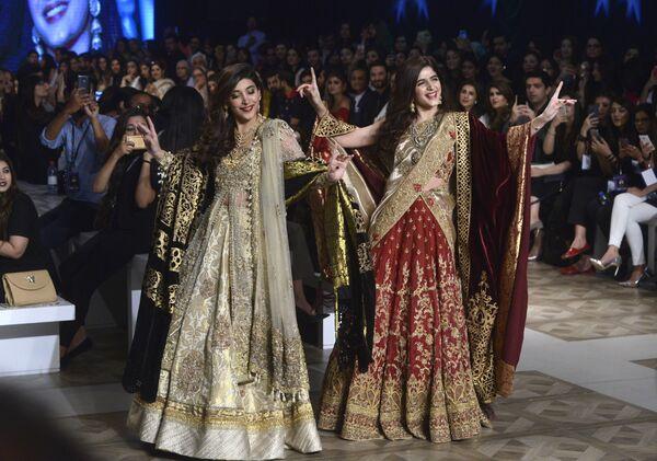 Modelki prezentują kolekcję projektantów Shazia and Sehr podczas Tygodnia mody ślubnej w Pakistanie - Sputnik Polska