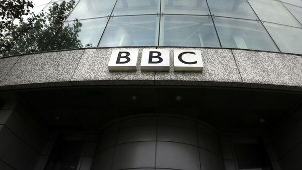 Logotyp BBC na budynku siedziby w Londynie - Sputnik Polska