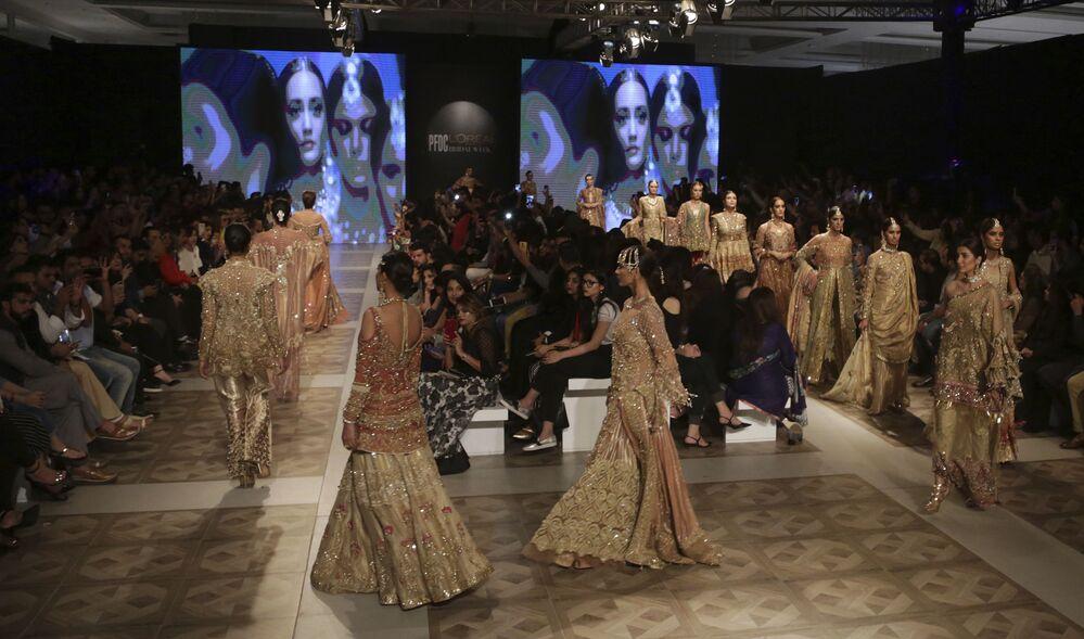 Modelki prezentują kolekcję projektanta Shiza Hassan  podczas Tygodnia mody ślubnej w Pakistanie