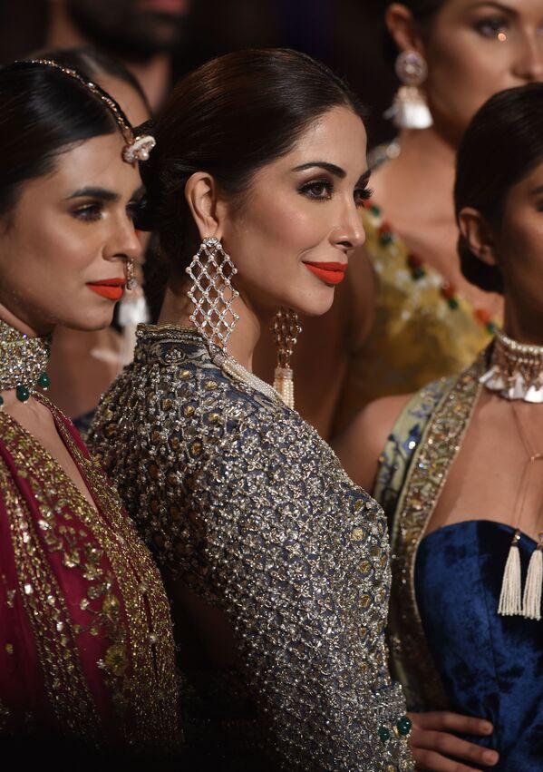 Modelki prezentują kolekcję projektanta Mahgul podczas Tygodnia mody ślubnej w Pakistanie - Sputnik Polska