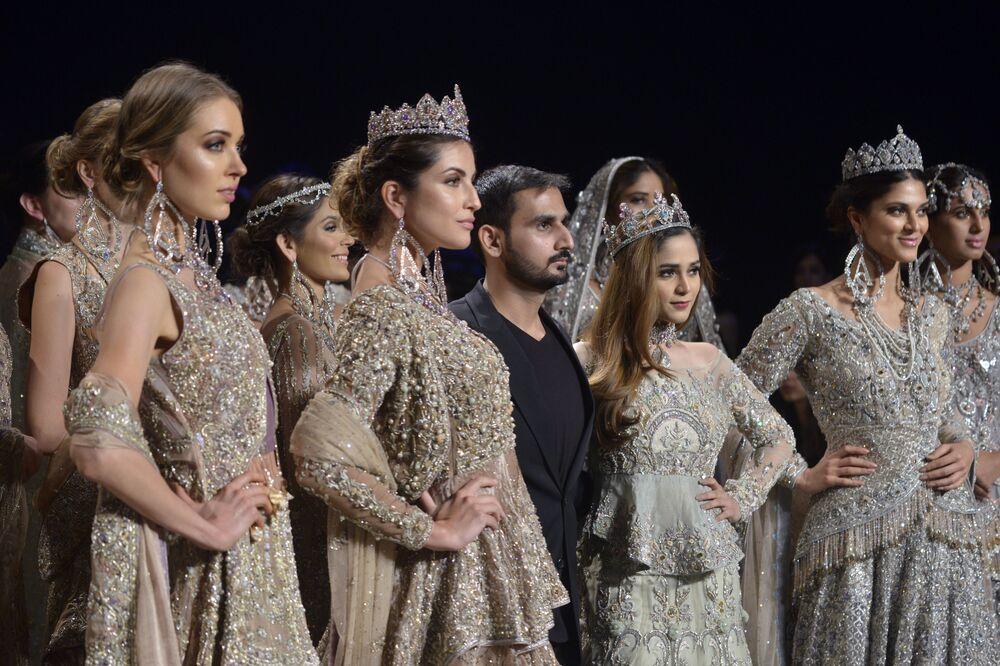 Modelki prezentują kolekcję projektanta Ahmada Sultana podczas Tygodnia mody ślubnej w Pakistanie