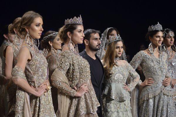 Modelki prezentują kolekcję projektanta Ahmada Sultana podczas Tygodnia mody ślubnej w Pakistanie - Sputnik Polska
