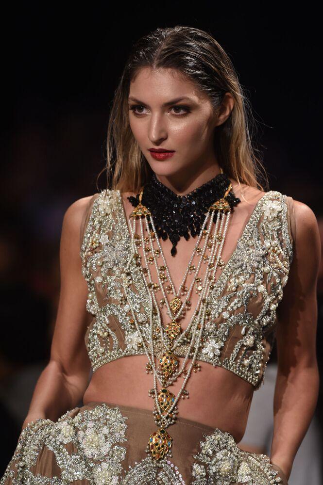 Modelka prezentuje kolekcję projektanta Ali Xeeshan podczas Tygodnia mody ślubnej w Pakistanie