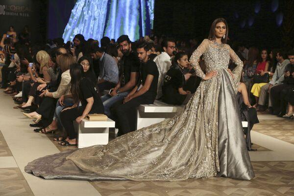 Modelka prezentuje kolekcję projektanta Zuria Dor podczas Tygodnia mody ślubnej w Pakistanie - Sputnik Polska