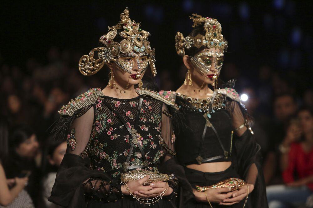 Modelki prezentują kolekcję projektanta Fahad Hussayn podczas Tygodnia mody ślubnej w Pakistanie