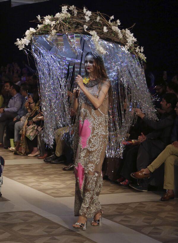 Modelka prezentuje kolekcję projektanta Ali Xeeshan podczas Tygodnia mody ślubnej w Pakistanie - Sputnik Polska