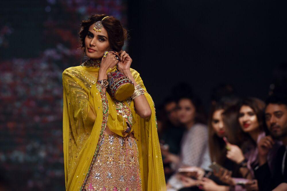 Modelka prezentuje kolekcję projektanta Faiza Saqlain podczas Tygodnia mody ślubnej w Pakistanie