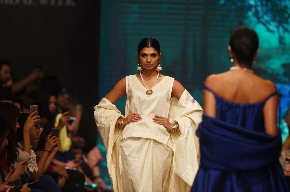 Modelka prezentuje kolekcję projektanta Wasim Khan podczas Tygodnia mody ślubnej w Pakistanie