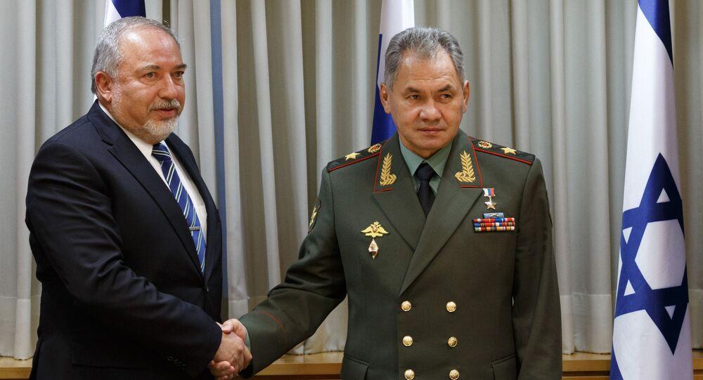 Minister obrony Izraela Awigdor Lieberman i minister obrony Rosji Siergiej Szojgu podczas spotkania w Tel Awiwie