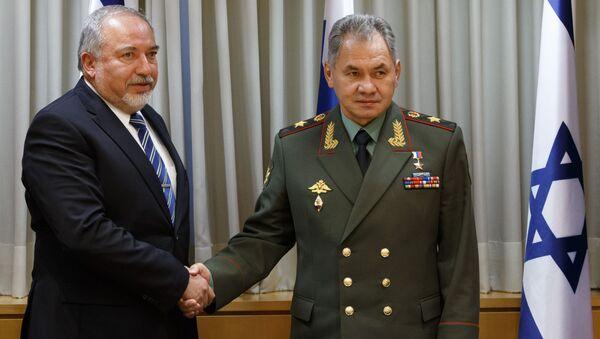 Minister obrony Izraela Awigdor Lieberman i minister obrony Rosji Siergiej Szojgu podczas spotkania w Tel Awiwie - Sputnik Polska