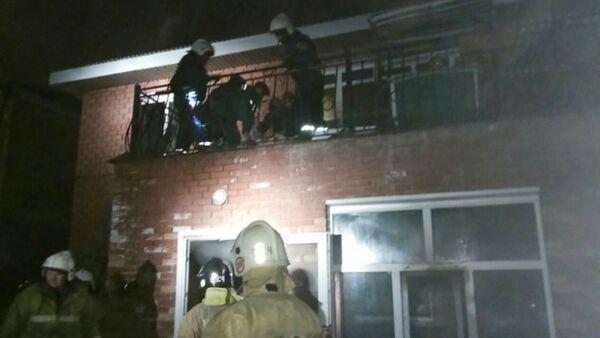 Pracownicy MSN pracują na miejscu pożaru w domu seniora przy ulicy Kurortowej w Irkucku - Sputnik Polska