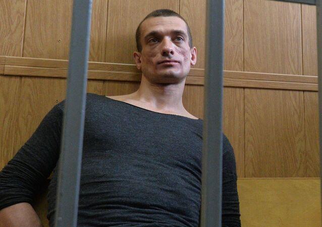 Artysta Piotr Pawlenski w sądzie mieszczańskim w Moskwie. Zdjęcie archiwalne
