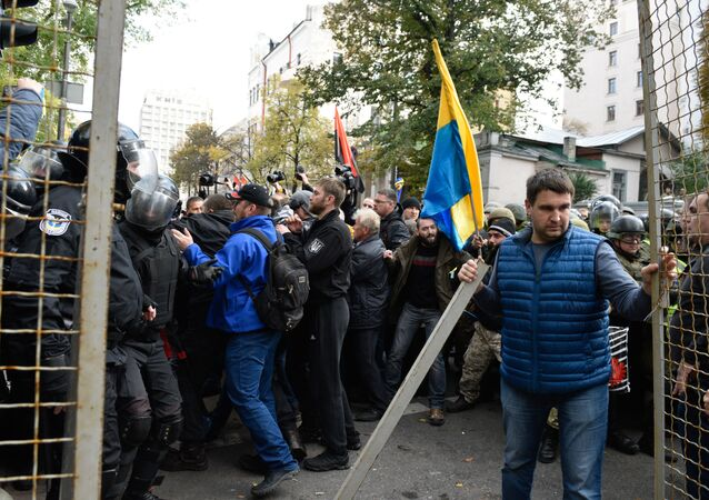 Uczestnicy akcji protestacyjnej pod budynkiem Rady Najwyższej Ukrainy w Kijowie