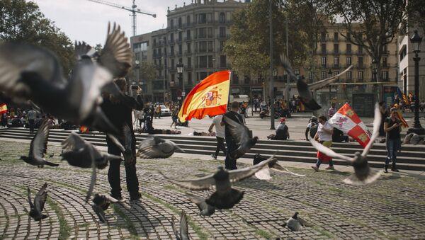 Uczestnicy akcji w obronie jedności Hiszpanii w Barcelonie - Sputnik Polska