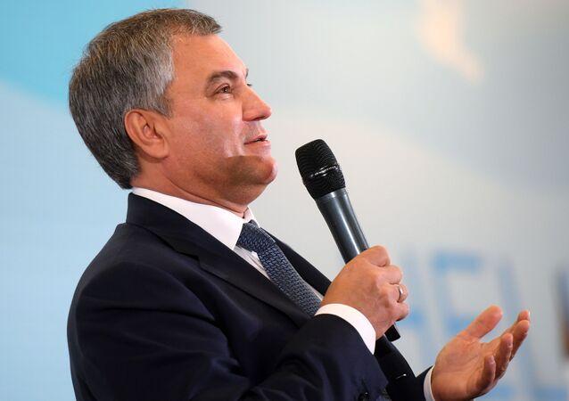Przewodniczący Dumy Państwowej Federacji Rosyjskiej Wiaczesław Wołodin przemawia podczas XIX Światowego Festiwalu Młodzieży i Studentów w Soczi