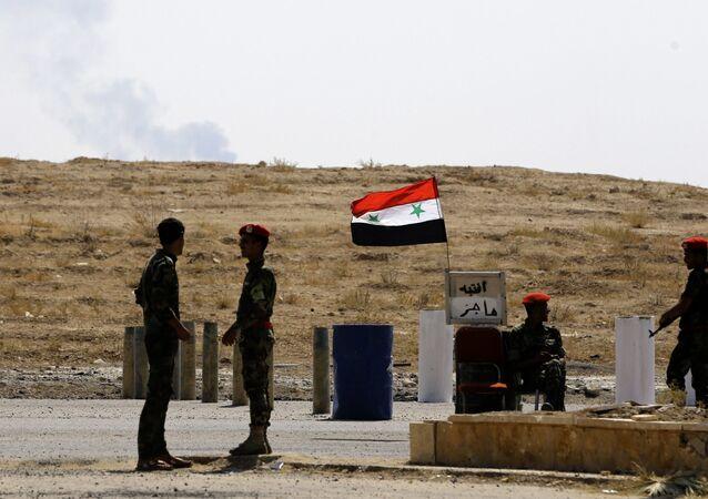 Syryjscy wojskowi w pobliżu miasta Dajr az-Zaur